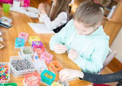 Girl making jewellery at kids party with Hullabaloo