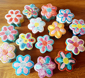 Lots-of-trinket-boxes-made-of-pottery-for-kids-party
